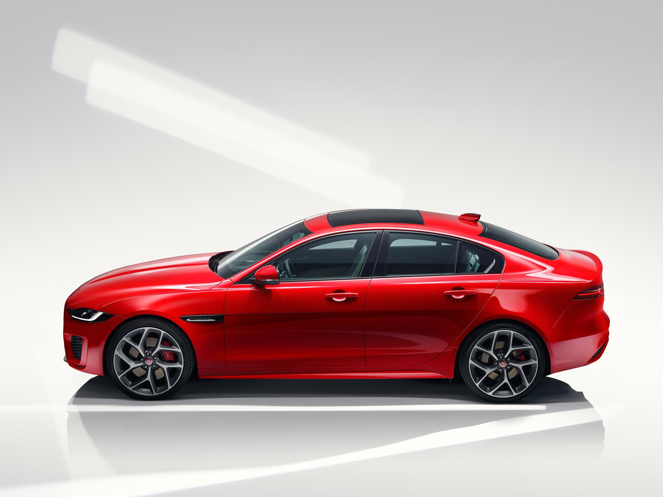 Jaguar_XE_Caldera_Red_RDynamic_Profile
