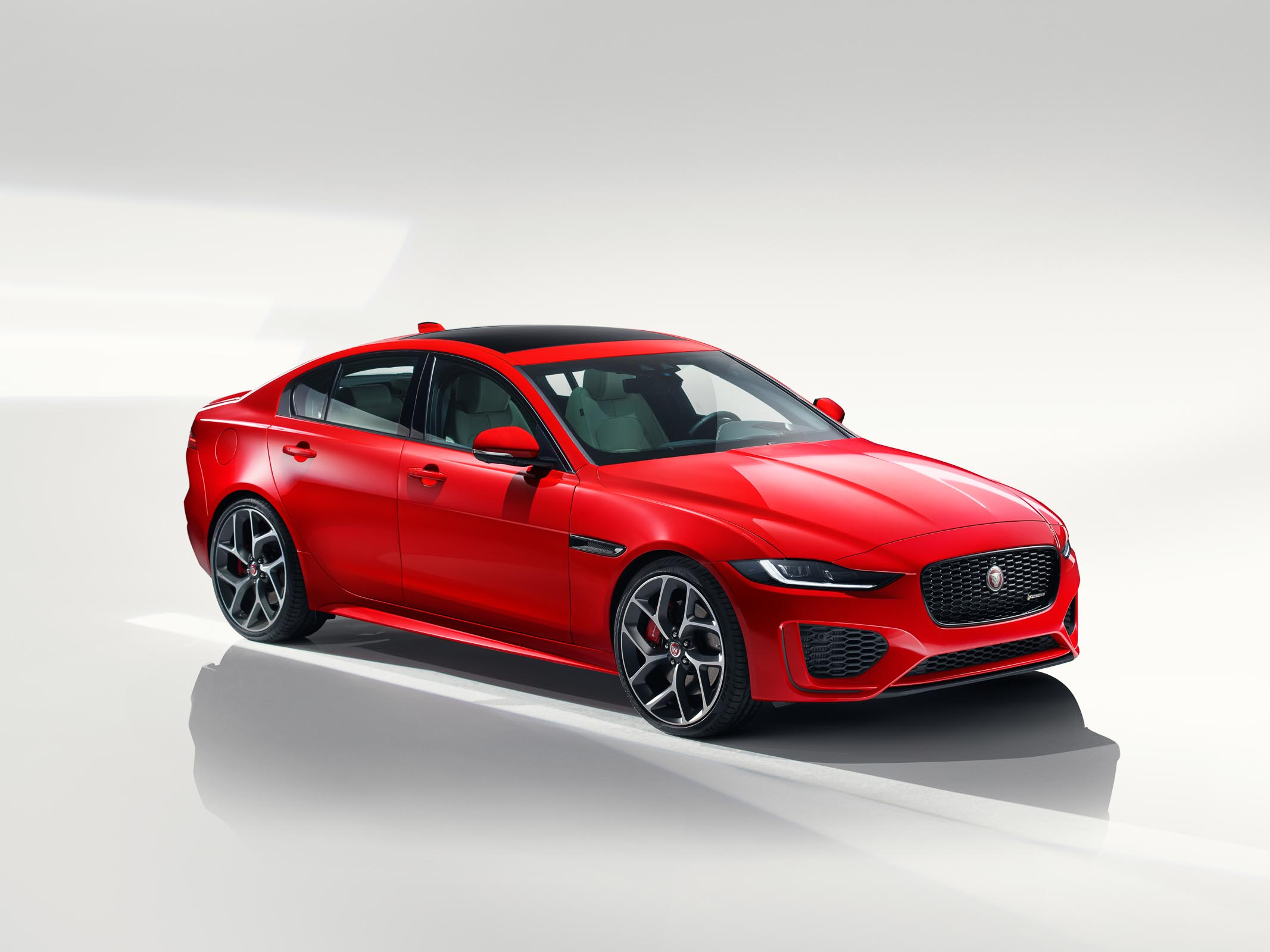 Jaguar_XE_Caldera_Red_RDynamic_front3_4_2